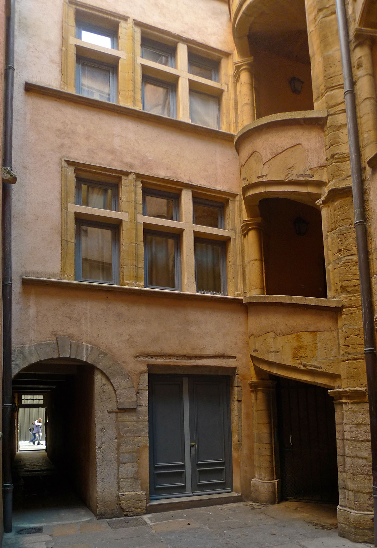 LyonStJeanCourtyard2